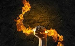 دانلود تصویر با کیفیت مشت آتشین در دیوار سنگی