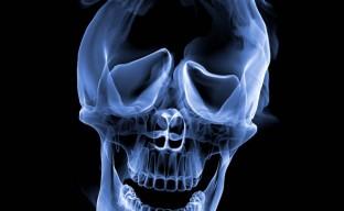 تصویر با کیفیت اسکلت و جمجمه دودی در بک گراند سیاه