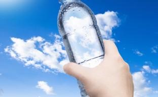 تصویری از یک بطری شفاف آب معدنی در مقابل آسمان