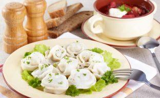 تصویری از یک میز غذای آماده سرو سالاد و سوپ سبزیجات