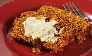 تصویری از یک ظرف مسی پر از خوراک گوشت پخته شده و آماده سرو